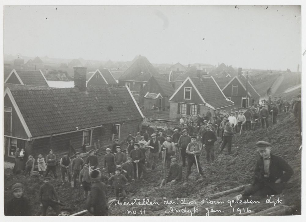 Andijk, herstellen van de binnenzijde van de dijk, januari 1916.