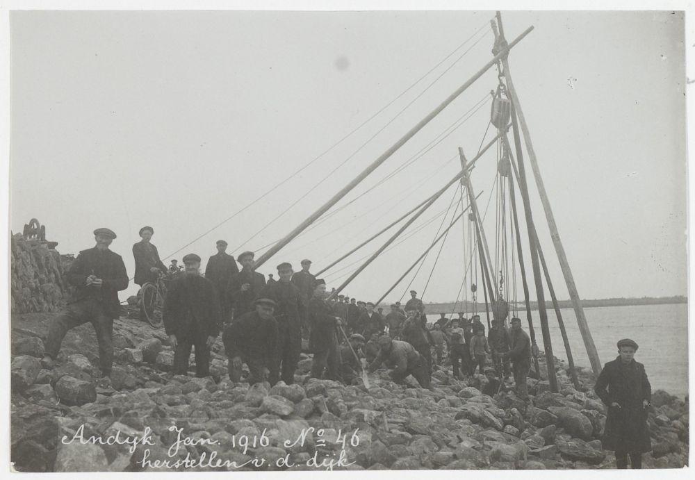 Andijk, herstellen van de buitenzijde van de dijk, januari 1916.