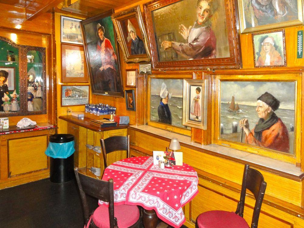 Interieur van Hotel Spaander met schilderijen
