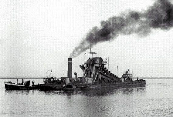 Stoombaggermolen aan het werk bij de aanleg van de Afsluitdijk, 1929-1932.