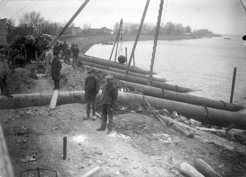 Buizen van het noodgemaal aan de zeezijde bij Uitdam, tijdens de watersnood in 1916. Nederland, Uitdam (Noord-Holland), 1916.