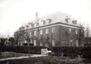 Het hoofdgebouw van de Berg-Stichting in Laren.