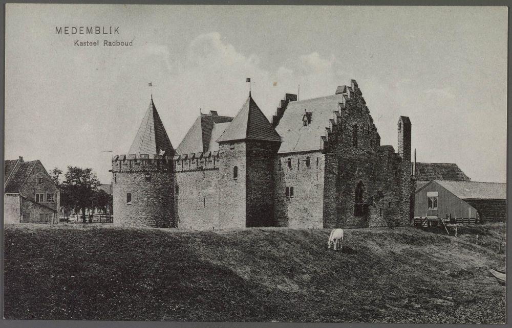 Gezicht op kasteel Radboud, Medemblik, 1910. Bron: Weenenk en Snel via Noord-Hollands Archief