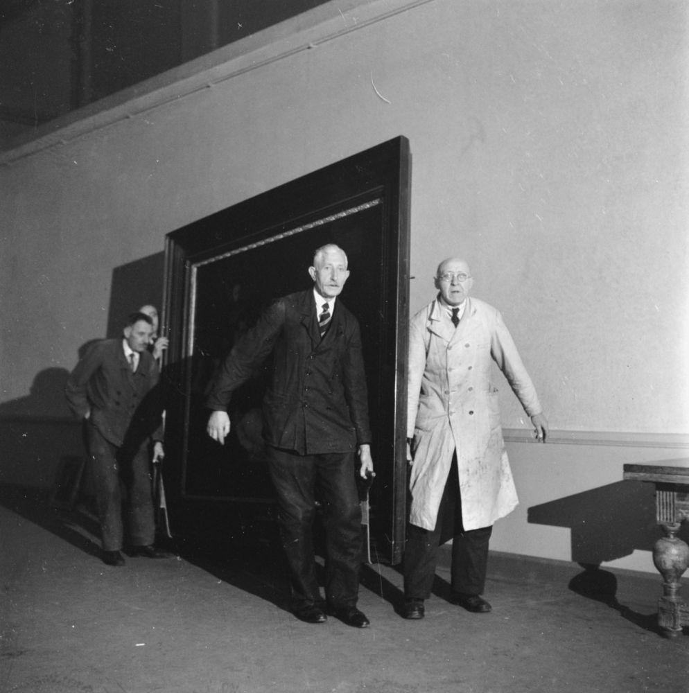 Transport van schilderijen in het Rijksmuseum na de Tweede Wereldoorlog. 2 november 1945. Beeld: Nationaal Archief.