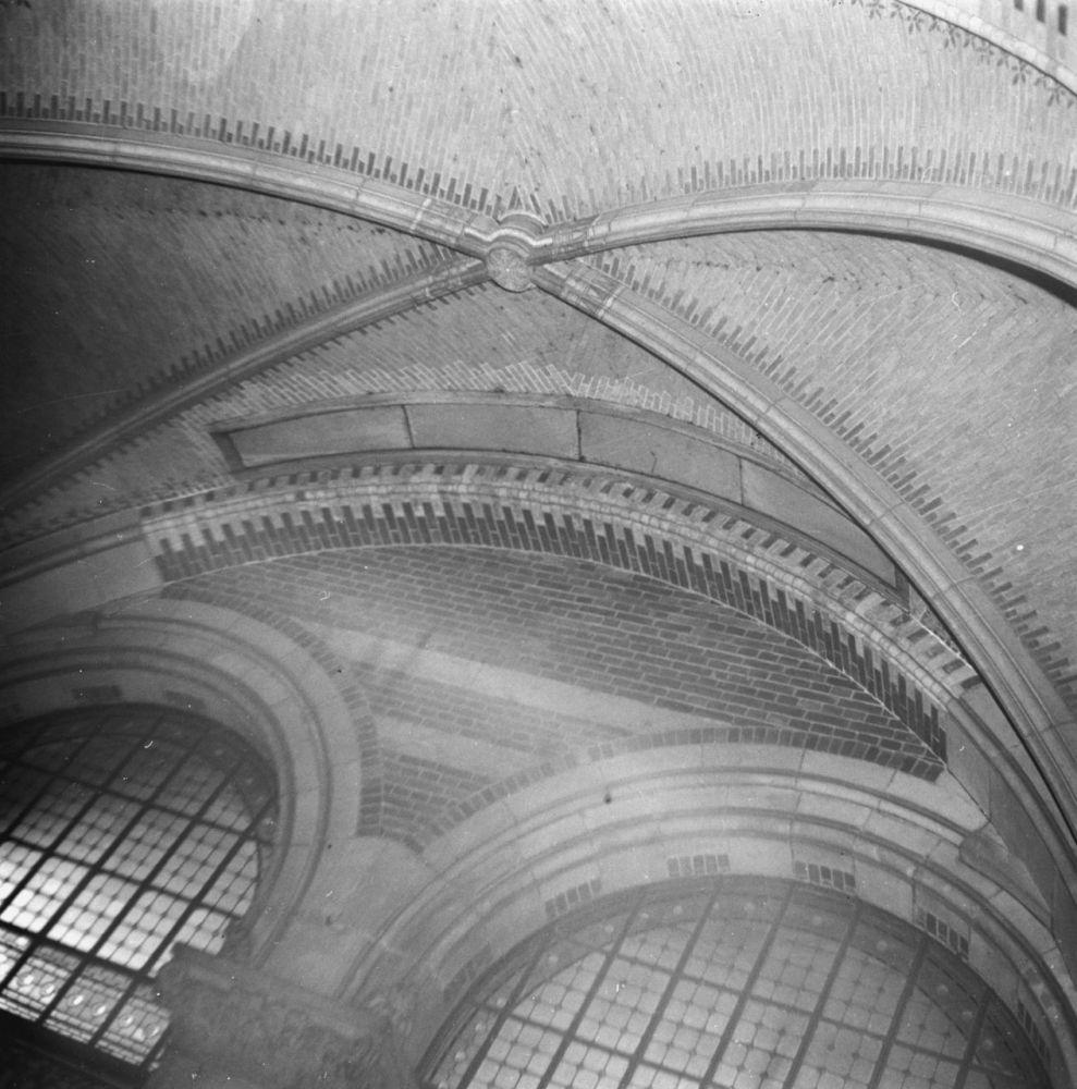 Gleuf in het gewelf van een zaal in het Rijksmuseum waardoor de Nachtwacht werd verwijderd tijdens de Duitse inval in Nederland, oktober 1945. Beeld: Charles Breijer, Anefo, Nationaal Archief