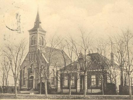 Kerk van Etersheim met toren en naastgelegen pastorie