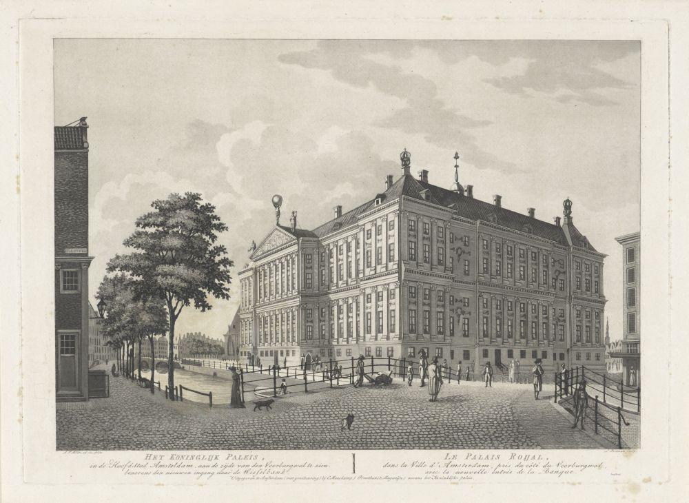 Het Paleis op de Dam met de ingang van de Amsterdamsche Wisselbank, gezien vanaf de Nieuwezijds Voorburgwal