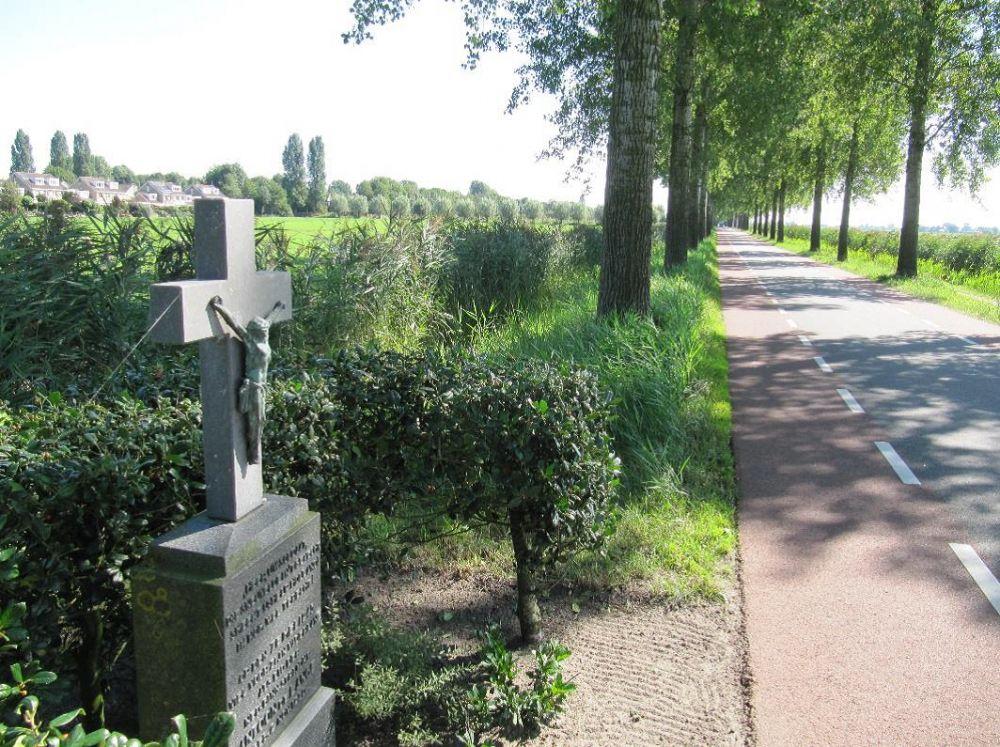 Monument voor Anton de Lange aan de noordzijde van de Nesserlaan. Beeld: Wim Groeneweg.