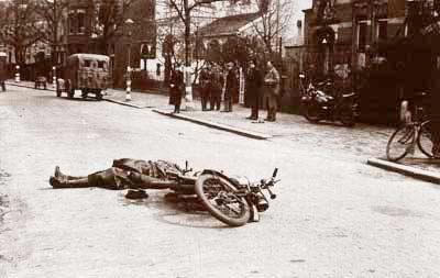 De gedode landwachter na de aanslag in Alkmaar. Beeld: 5 Mei Comité Alkmaar