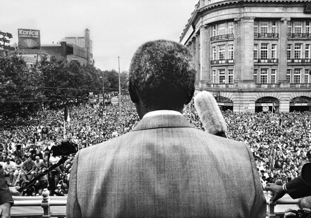 Maurice Boyer: Nelson mandela op het Leidseplein in Amsterdam, 16 juni 1990