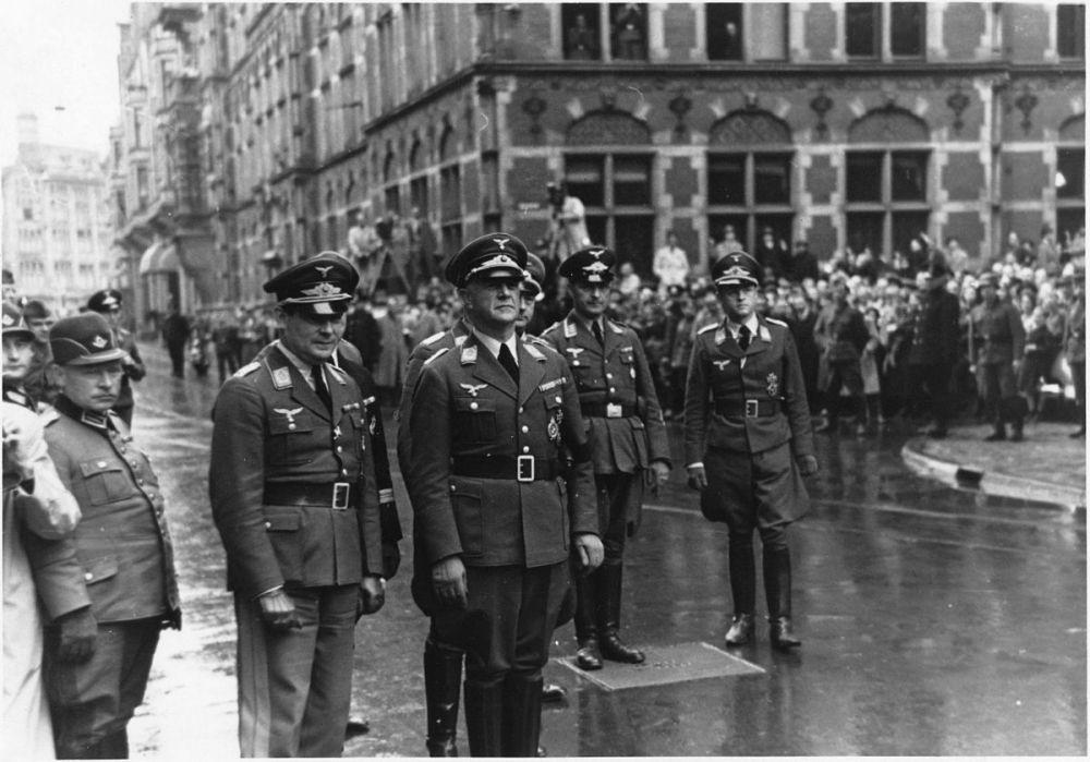 Friedrich Christiansen (derde van links) in Den Haag met een aantal hoge Duitse officieren