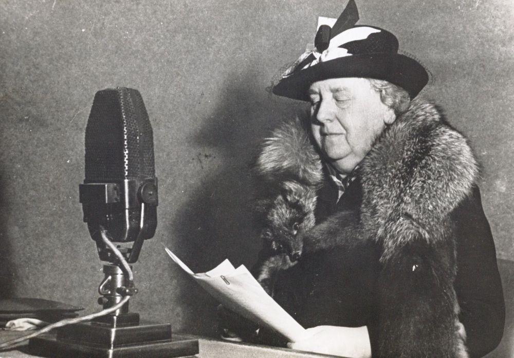 Koningin Wilhelmina spreekt haar onderdanen toe via de radio.