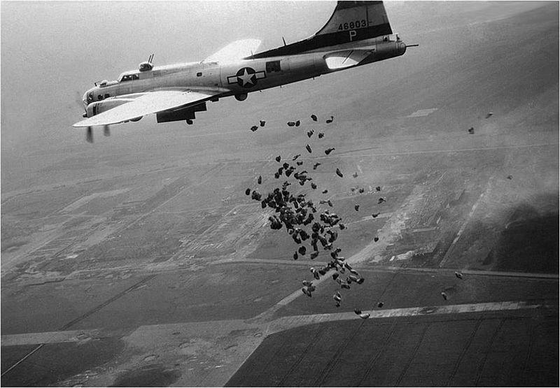 Een Amerikaanse B-17 lost in het kader van operatie Chowhound in mei 1945 boven het totaal verwoeste Schiphol een lading levensmiddelen voor de hongerende Nederlandse bevolking. Beeld: NIMH via Wikimedia Commons.