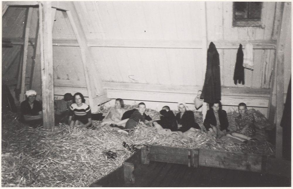 Gearresteerde NSB-vrouwen in Haarlem.