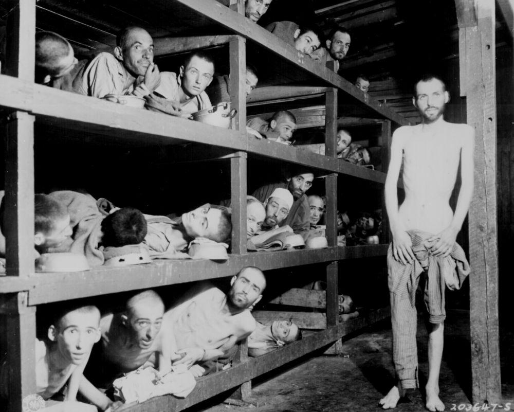 Gevangenen in Buchenwald na de bevrijding van het kamp.