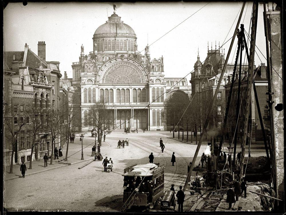 Jacob Olie, Weteringschans met het Paleis voor Volksvlijt, maart-april 1892. Op de voorgrond staan heistellingen voor de bouw van de huizen Weteringschans 120-124. Beeld: Stadsarchief Amsterdam.