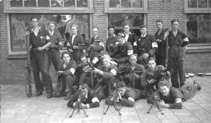 Dick is de eerste staande jongen van rechts, met bazooka.