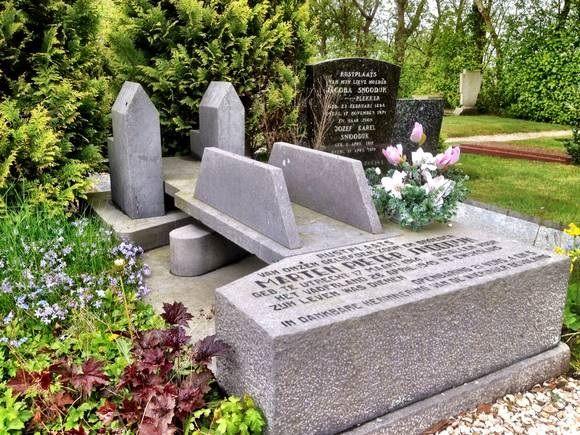 Het graf van Marten is in de vorm van de brug bij de Van Ewijcksluis.