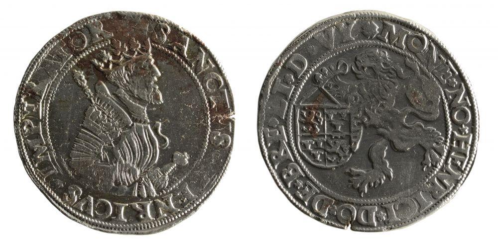 Bij de opgraving zijn ook een henricusdaalder (1558-1568) (zie foto) en een karolusgulden (1542-1552) gevonden. Foto: Fleur Schinning, Archeologie West-Friesland