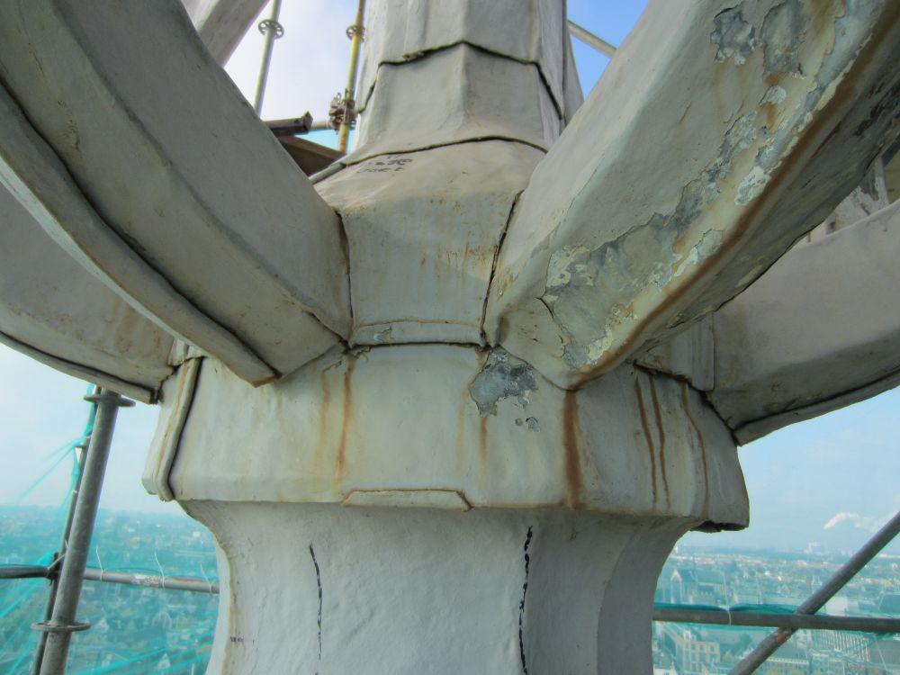 Detail van de open ui onder de gouden bol voor de restauratie.