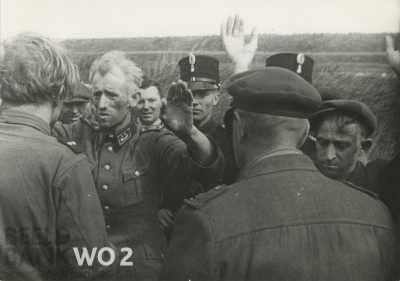 De arrestatie te Wieringen op 8 mei 1945 van de Zoll-beambte Hinrichsen (bijnaam 'Scheermes') en de NSB'er Pakes. Beeld: Beeldbank WO2