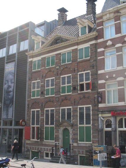 Het 'Rembrandthuis' aan de Anthonisbreestraat in Amsterdam. Beeld: Wikipedia.
