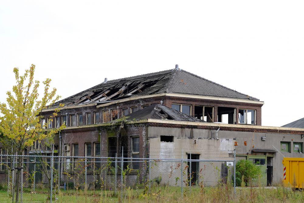 Gebouw 197 op het Hembrugterrein voor de restauratie. Beeld: Aart Jan Mossel